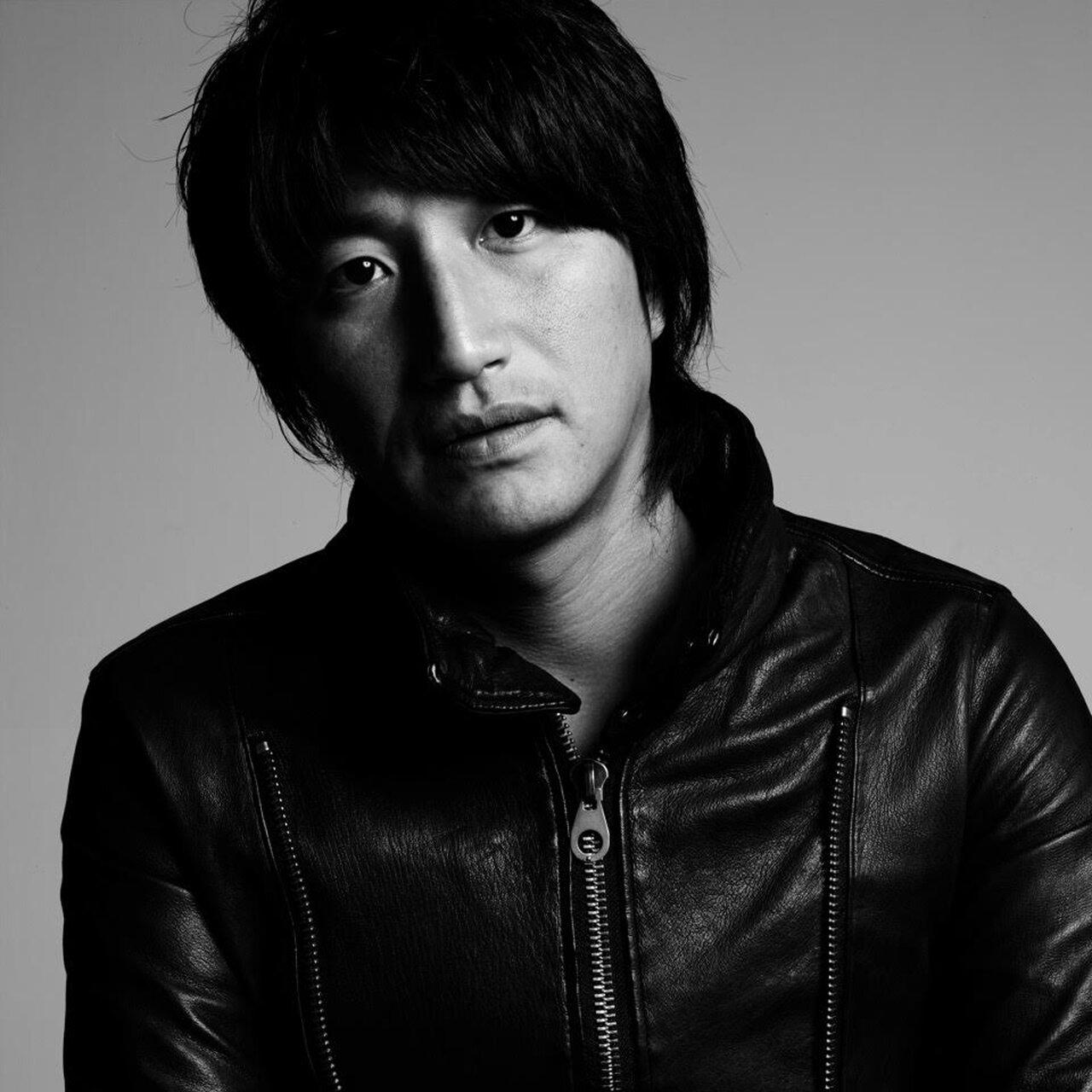 Profile 1972年、長崎県生まれ。多摩美術大学を在学中から独学で靴作りを始め、大きな話題を呼ぶ。1997年にシューズブランドとしてスタート。以後、メンズ・レディースをトータルで手掛けるようになり、ミラノ、パリ、ロンドン、東京でコレクションを展開し、国内外で高い評価を得ている。日本を代表するファッションデザイナーのひとり。