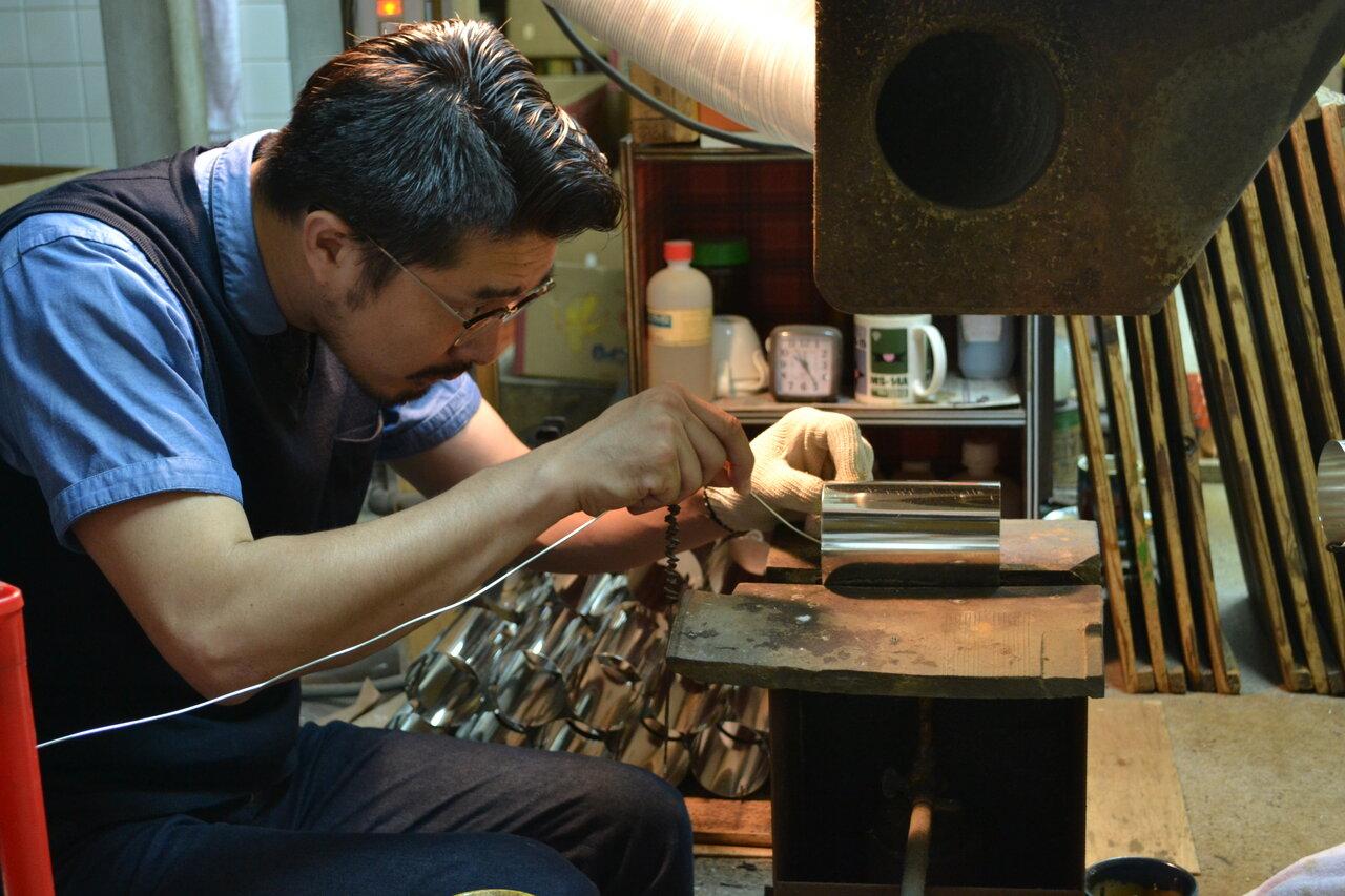 茶筒は伝統の手法に則り、130の工程をすべて手作業でつくりあげられる