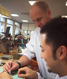 スイスで活躍する日本人時計師