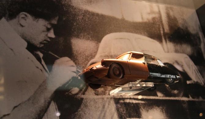 オリジナルDSのクレイモデルと、デザイナーのフラミニオ・ベルトーニ
