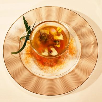 北海道産帆立貝と蝦夷アワビ 数種類の香味野菜と合わせ しょうがとターメリックの効いたブイヨンデトックスを注いで2