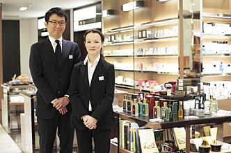 5月6日(火・祝)まで、伊勢丹メンズ館1階コスメコーナーに出店中<br><br>ジェントルマンの顔に、トゥルフィット&ヒルを!
