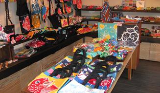 roar × 岩川旗店|大漁旗の生地に贅たくな型染めをほどこしたトートバッグ02