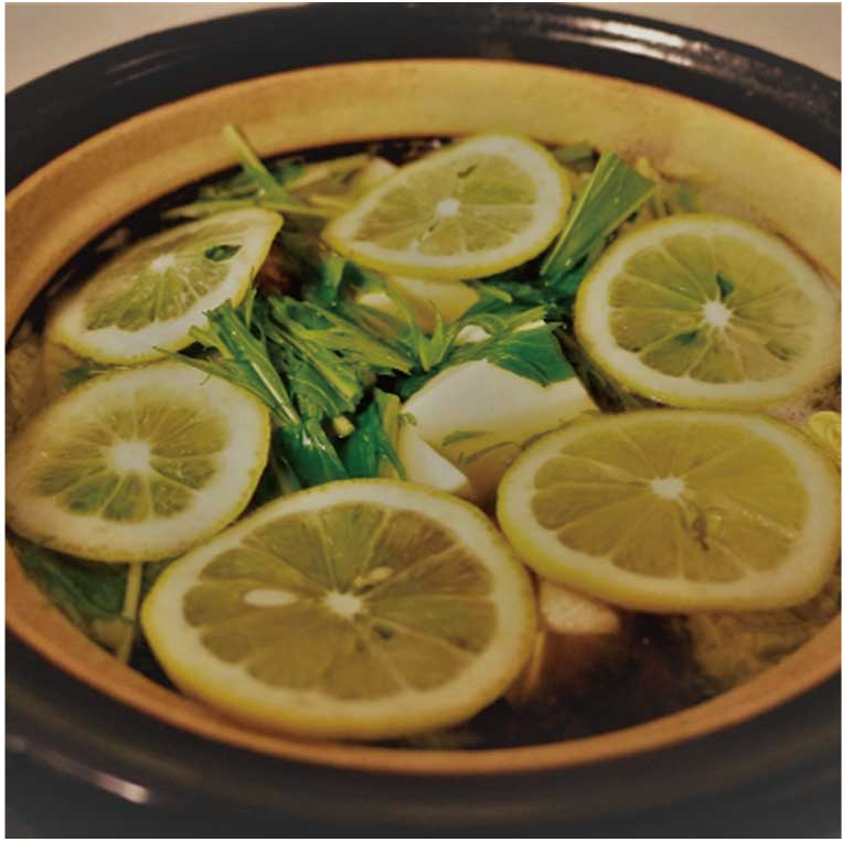 【食】年中食べられる爽やかな味にハマる女性たち。 人気はまだまだ続く、鍋の新定番「塩レモン鍋」(2017年12月号)