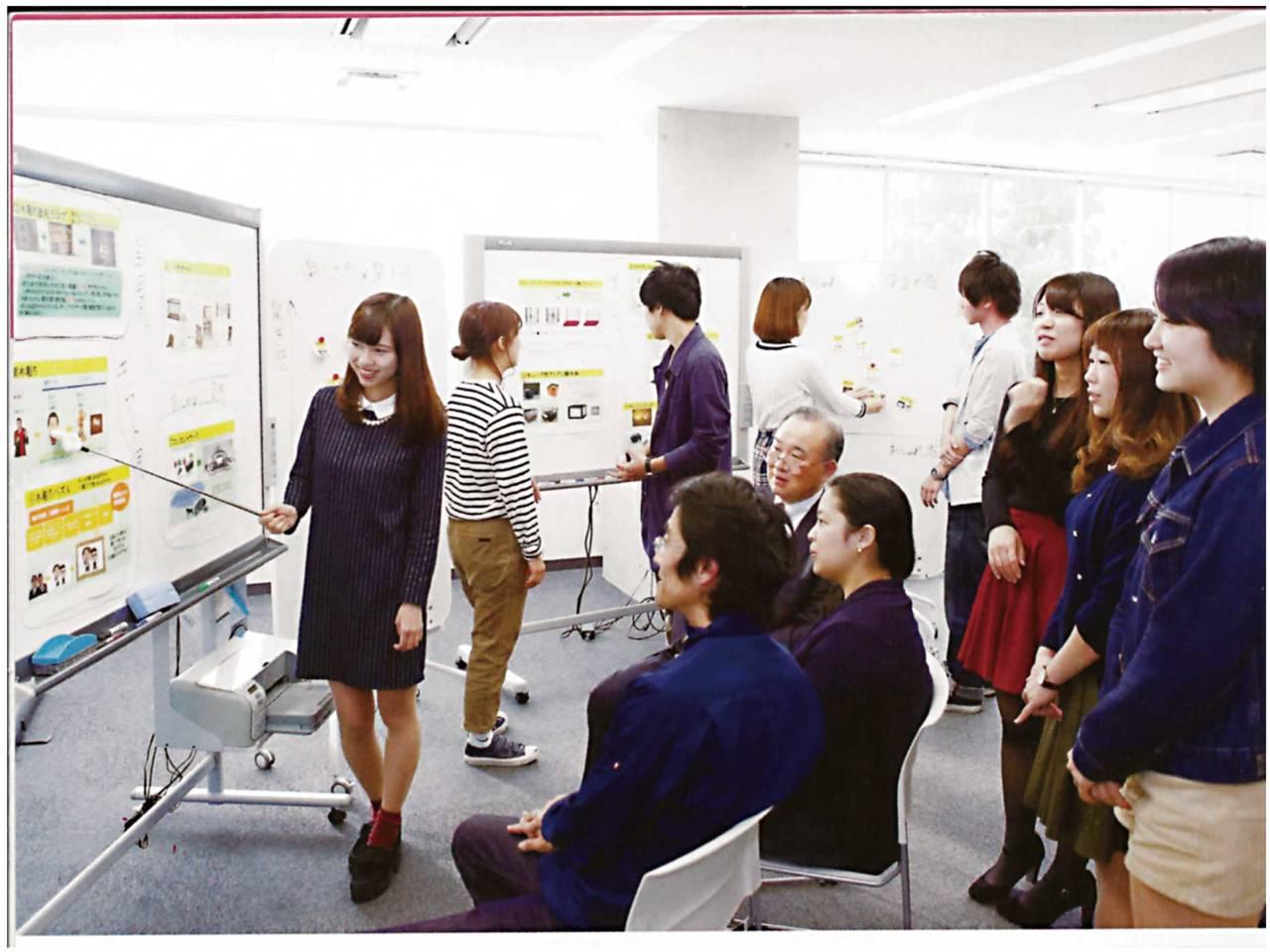 産学協同研究で神田ゼミの学生が企業の担当者に向けて発表している様子