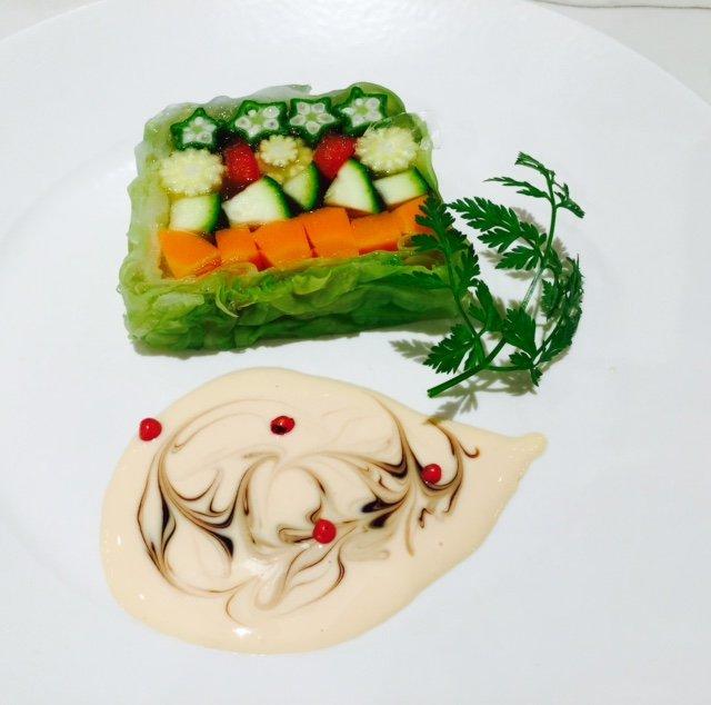 駐在ミセスや元客室乗務員のサロネーゼも多く、人気のマクロビやエスニック料理などを家庭でも簡単にでき、見栄えよく作れるレシピを紹介する講座が人気。