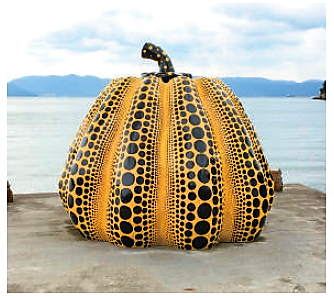 開催地の1つ・直島のシンボルにもなっている、草間彌生さんによる黄かぼちゃのオブジェ