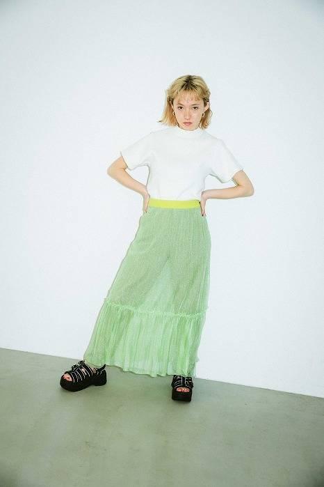 搭配版型好看的白T,以及螢光色的長裙,讓涼鞋成為視覺焦點。