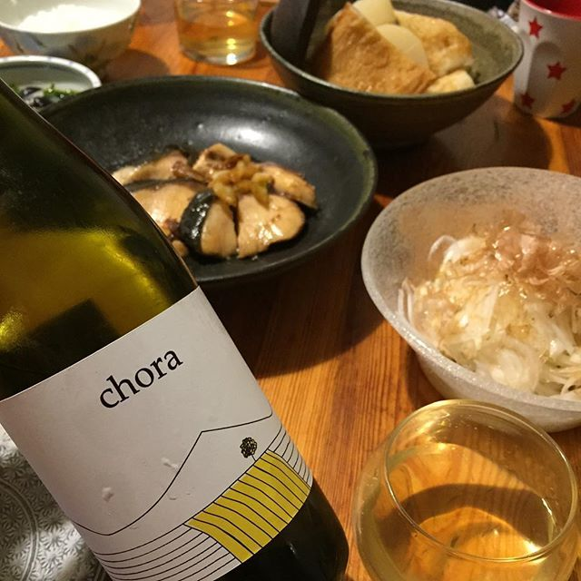 "Takuro Koga on Instagram: ""昨夜の晩御飯より。 冬に逆戻りしたかのように冷え込んだ週末。 おでん風の煮物や鰤の照り焼き、新玉ねぎのサラダ。 合わせたのはイタリアのカラブリアの生産者、 ラーチノのコーラ ビアンコ2016。 マントニコにグァルナッチャビアンカにペコレッロ。。…"" (9564)"