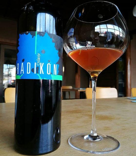 """酒屋 彌三郎 on Instagram: """"この香り、この味わいを出せる生産者は他にいるのでしょうか? 唯一無二なラディコンのオレンジワインは、時間をかけて共に過ごしたいワインです。  2007年のものは、11年の月日を経ても現在とてもスリムな印象を受けます。 それ故、和食にとても合いやすいと感じます。…"""" (9621)"""