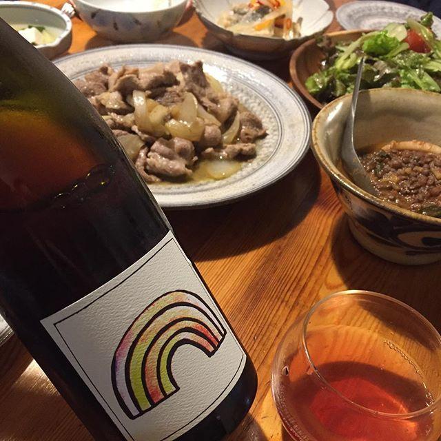 "Takuro Koga on Instagram: ""そして昨夜の晩御飯より。 ハードな1週間の終わりに豚の生姜焼き! 合わせたのは南オーストラリア、アデレードヒルズより、 ジェントルフォークのレインボージュース2017。 このステキなワインを造っているのは、 ずんぐりむっくりで無口なブラピ似の男、ギャレス。…"" (9659)"