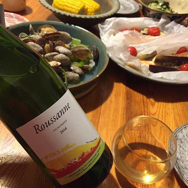 "Takuro Koga on Instagram: ""昨夜の晩御飯より。 鮭の蒸し焼きとアサリの酒蒸し。 合わせたのはローヌのラターのルーサンヌ'16。 これ、毎年楽しみにしてるんです実は。。 色調はほのかな麦藁色。 トップのラムネのような爽やかさから、 アフターの溢れ出る旨味のボリューム感がスゴい!!…"" (10736)"