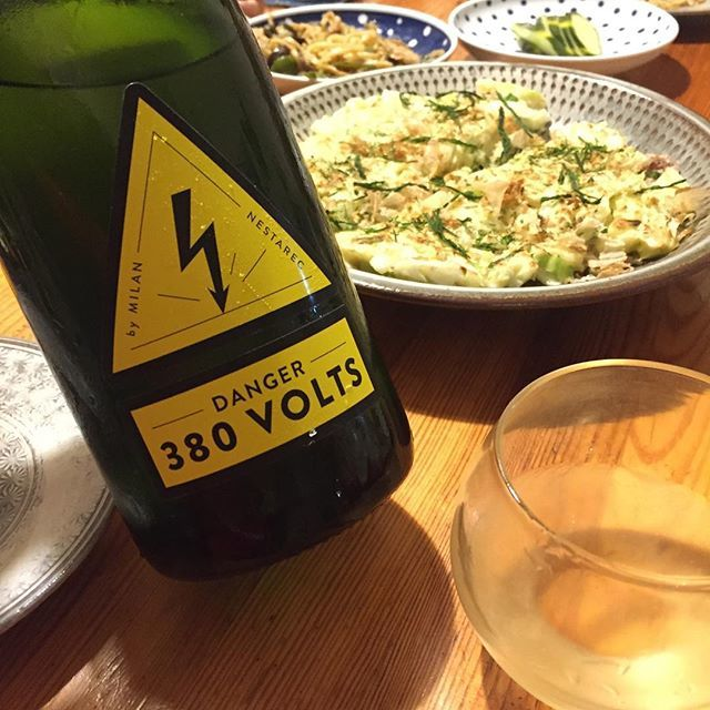 Takuro KogaさんはInstagramを利用しています:「昨日の晩御飯より。 ホットプレートが熱いので😵 キッチンで焼いてもらうお好み焼き。 合わせたのはチェコのミランネスタレッツの ミュラートゥルガウ主体(70%)、デンジャー380ボルト! 何が危険なのかって、飲み心地が危険!! 味わいは上質なレモンサワー🍋🍋🍋🍋🍋!…」 (11100)