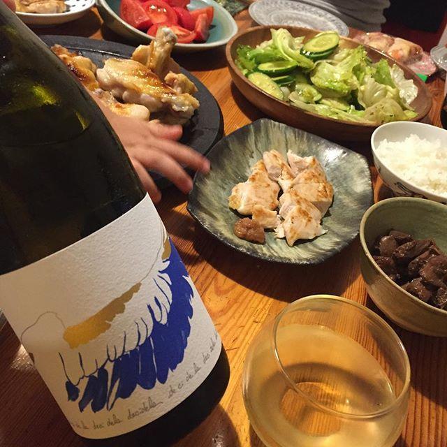 """Takuro Koga on Instagram: """"昨夜の晩御飯より。 阿蘇赤鶏の手羽と、黒岩土鶏のレバー、ササミ。 鶏三昧なメニューに、ブルゴーニュのシャルドネを。 シャブリの生産者シャトードベルは、 2016年、霜の影響で9割のぶどうを失います。 想像もできませんが、絶望したことでしょう。。…"""" (11479)"""