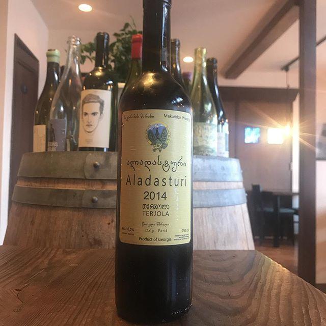 Yasuyuki MiyagawaさんはInstagramを利用しています:「ジョージアというといわゆるオレンジワイン的なものが注目されがちですが、僕はこの「え⁉︎ロゼじゃないの」ってくらいに淡い色と味わいの赤ワインをおすすめしたいです。 とは言え淡いから良いわけじゃない。素敵だから良いのです。  Aladasturi  2014 Gogita…」 (11537)