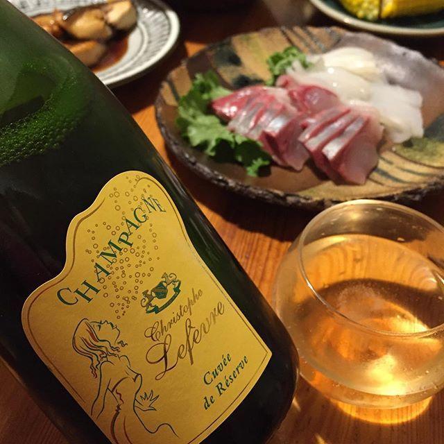 """Takuro Koga on Instagram: """"昨夜の晩御飯より。 カンパチとイカの刺身〜。 ほとんど娘が食べちゃいましたが(笑) 合わせたのは久々のクリストフ ルフェーヴル、 キュヴェ ド レゼルヴ ブリュット2013。 僕は黒葡萄のシャンパーニュが好きです。 これはピノムニエ80%、ピノノワール20%。…"""" (13028)"""