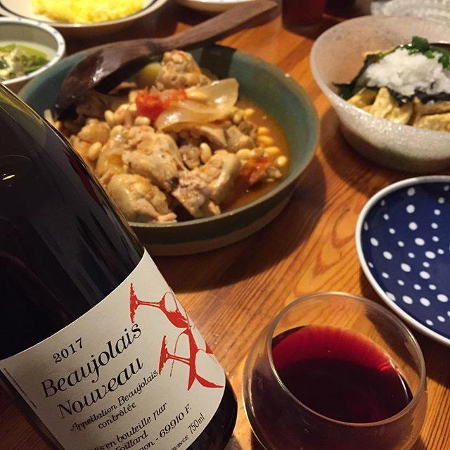 """Takuro Koga on Instagram: """"昨夜の晩御飯より。 手羽と大豆のトマト煮込みとターメリックライス。 気になって開けたジャンフォワヤールの、 去年のボジョレーヌーヴォー2017。 落ち着いてて、めちゃくちゃウマいよ。。 なめらかで、艶かしい味わい。 まだ何本かあるので、棚に並べておきます。…"""" (13224)"""