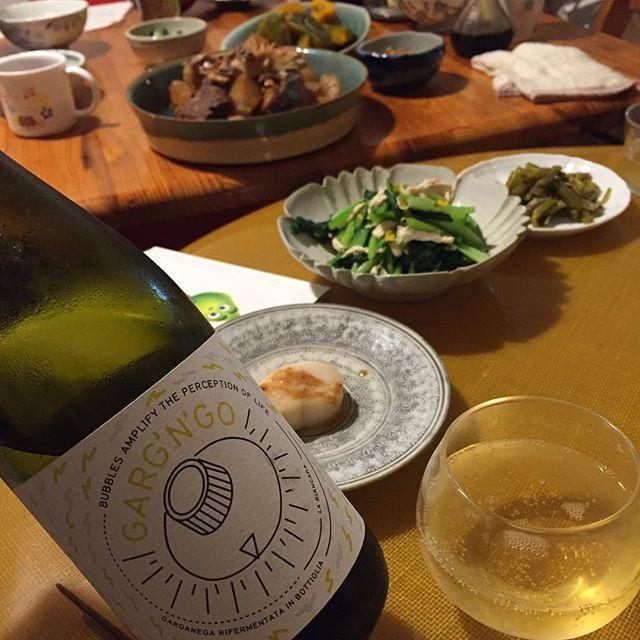 "Takuro Koga on Instagram: ""昨日の晩御飯より。 鰤大根と、たいらぎのソテー。 合わせたのは北イタリアはヴェネトから、 ビアンカーラのガルガンゴですー! イタリア自然派ワインの基本の「き」的な存在の、 サッサイアやマシエリを微発泡にしたような1本。 レモン水ですね〜コレは!スーイスーイと。…"" (13601)"