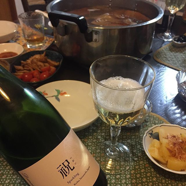"Takuro Koga on Instagram: ""昨日の晩御飯より。 子供達2人と、実家へ新年の挨拶へ。 古賀家の味と言えば、鍋いっぱいのおでん。 数の子やらナマコやらをつまみながら、 飲んだのはドメーヌオヤマダの祝2017。 デラウェア主体で華やかな香りを持ちながら、 奥行きがあり、素晴らしいクオリティ。…"" (13908)"