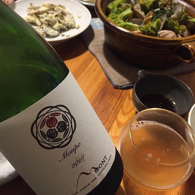 """Takuro Koga on Instagram: """"【本日は日曜ですが営業です!】 昨日の晩御飯より。 スズキとアサリのアクアパッツァ風とイカ刺し。 合わせたのは北海道の余市から届いた、 ドメーヌモンのペティアン(微発泡)、モンペ2018! ナイアガラ93%に、ケルナーを7%。 これまでよりも色がしっかり出てオレンジっぽく。…"""" (14017)"""