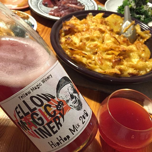 """Takuro Koga on Instagram: """"昨日の晩御飯より。 献立がタジン鍋いっぱいのグラタンならば、 合わせるのは日本の気軽な微発泡。 イエローマジックワイナリーの新着、 ヒッポホップミックス2018を開けてみました。 デラウェア70%とスチューベン30%の食用葡萄ミックス。 この香りがやっぱいいんですよね〜。…"""" (14507)"""