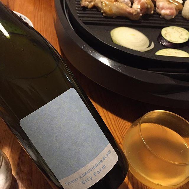 """Takuro Koga on Instagram: """"いつかの晩御飯より。 私の記憶が確かならば、こないだの日曜日。 晩御飯はホットプレートで鶏肉を焼くことに。 合わせてみたのは東京、清澄白河フジマル醸造所の、 ファーマーズ ソーヴィニョンブラン2018。 山梨県の北杜市にある栽培プロフェッショナル集団、…"""" (15225)"""