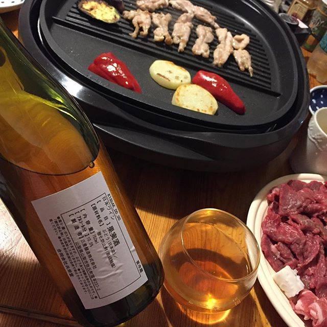 """Takuro Koga on Instagram: """"昨日の晩御飯より。 天草へデイトリップした日曜日。 産直で買った天草大王のせせりなどを焼いて。 飲んだのは共栄堂ワイン事業部の、 K18bAK_DD_00 です。 リリース前のサンプル。甲州の醸しかな。 これ、いつリリースなんだろう。。 めっちゃくちゃ美味しいです。。。…"""" (15618)"""