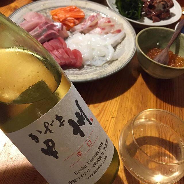 """Takuro Koga on Instagram: """"昨日の晩御飯より。 カミさんがお茶とお菓子の仕事だった日曜日。 子供達と一緒に好きなだけ魚介を買い込み、 お疲れ様パーティーという口実をつけて、 自宅で手巻き寿司をば。 飲んだのはヴィンテージが変わった、 甲斐ワイナリーのかざま甲州2018。 「ちょっと造りを変えました」…"""" (15688)"""