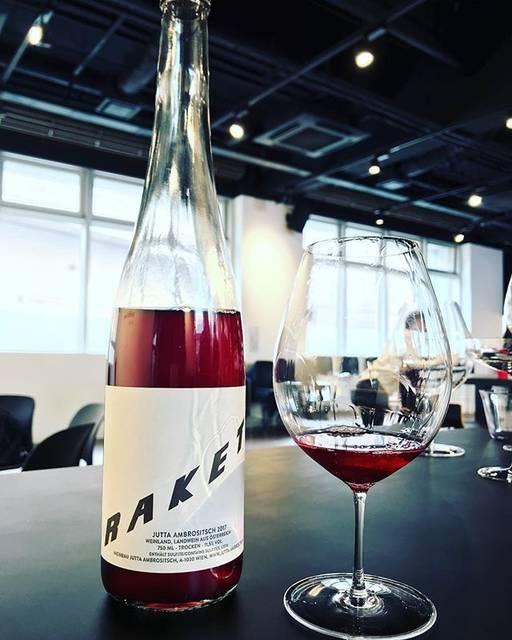 """winy.tokyo on Instagram: """"Gemischter Satz Rakete 2017 / Weinbau Jutta Ambrositsch - #Vienna, #Austria (#Zweigelt 60%, #StLaurent 15%, #Merlot 15%, #Blauburger 10%)…"""" (15711)"""