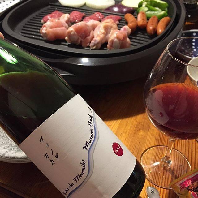 """Takuro Koga on Instagram: """"先日の晩御飯より。 平成最後のワインは、自宅で焼き肉と共に。 我が家にとって特別なワイン。 金井醸造場さんの、 ヴィノダ万力マスカットベリーA2012でした。 2012年は結婚した年。 婚姻届も金井さんの畑で書かせてもらい、 披露宴の引き出物でもお世話になりました。…"""" (15868)"""