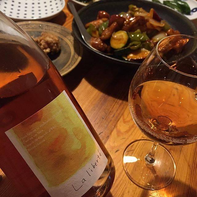 """Takuro Koga on Instagram: """"昨日の晩御飯より。 ラ・リベルテ(自由)なるワインが入荷です。 広島の福山わいん工房さんが、 山梨県の甲州種で造った面白いアプローチの1本。 果皮ごと醸してオレンジワインに仕上げてますが、 意図的に酸化もさせており、紹興酒のニュアンス。 あー、もうこれは完全に中華っ!!…"""" (15906)"""