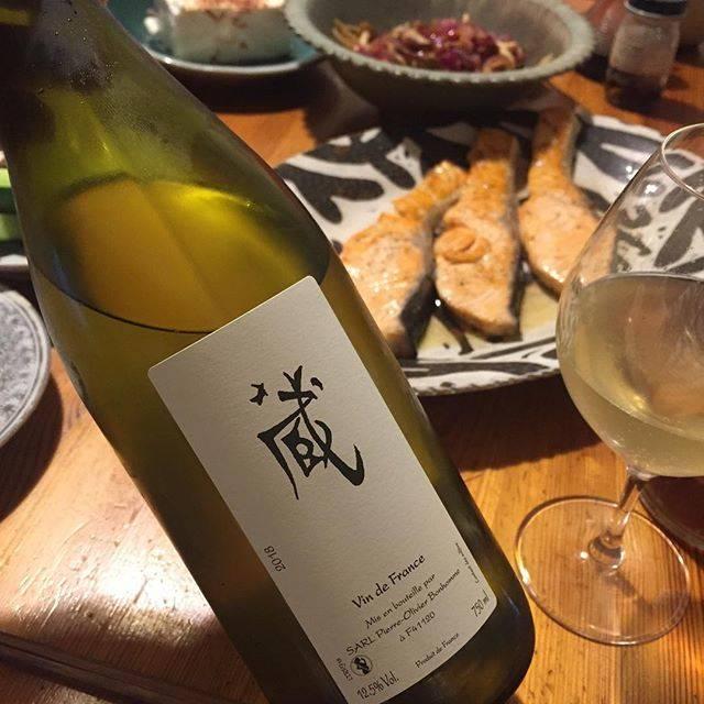 """Takuro Koga on Instagram: """"昨日の晩御飯より。 サーモンと、ピエールオリヴィエボノーム。 日本の酒蔵へのオマージュで名付けられた「蔵」。 ロワールのソーヴィニョンブラン100%のワインです。 新酒的な位置付けのワインで、特に白は例年、 還元的(硫黄臭アリ)なイメージがあるんですが、…"""" (16392)"""
