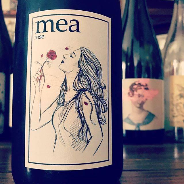 """nadja1963 on Instagram: """"ホッホドイチュ。#mearose バラ🌹をハーブティーにして井戸水で抽出したものと葡萄果汁を瓶詰めして発酵させたもの。アルコール5%の女性たちを美しくするバイオダイナミック セクシーメイドワイン。ボタニカルスパークリングという初めての飲み物です。 今宵もぼちぼちナジャ開店です☆…"""" (16615)"""