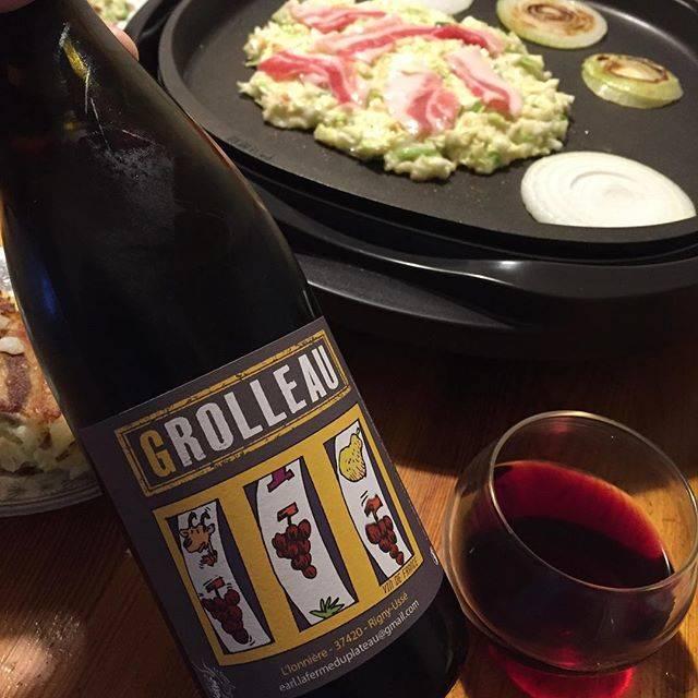 """Takuro Koga on Instagram: """"【注:明日6/18(火)はお休みです!】 昨日の晩御飯より。 日曜日はホットプレートを使う事が多い我が家。 お好み焼きで赤ワインをば。 ロワールのフェルム デュ プラトーのグロロー2016。 ドメーヌではなくフェルムです。つまり農場。 奥様がヤギを飼ってチーズ造りをしていて、…"""" (16645)"""