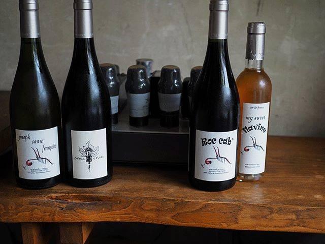 """tomohiro sakata on Instagram: """". 【ワインガイド更新!】 . フランス ロワールよりいつもロックなワインを届けてくれるレ・ヴィーニュ・ド・ババスの新着です! 造り手のセバスチャン・デルヴューは2010年に解散したグリオットの1人です。 . ○ジョセフ・アンヌ・フランソワーズ 2017…"""" (16736)"""