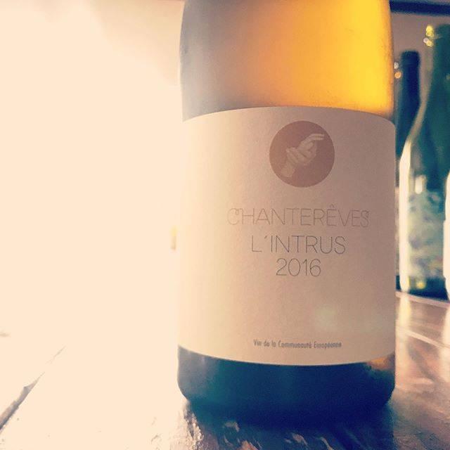 """nadja1963 on Instagram: """"#栗山朋子 さんのシャントレーヴの越境キュヴェ。 ラントリュ ブラン'16。赤はローヌだが、こちらはなんとモーゼルのリースリング。このボトルに入ってると味わいも不思議ですね。リリースから1年半、酸も熟れて旨いよー。うっすら樽感。生産量がかなり少ないのかな。…"""" (16880)"""