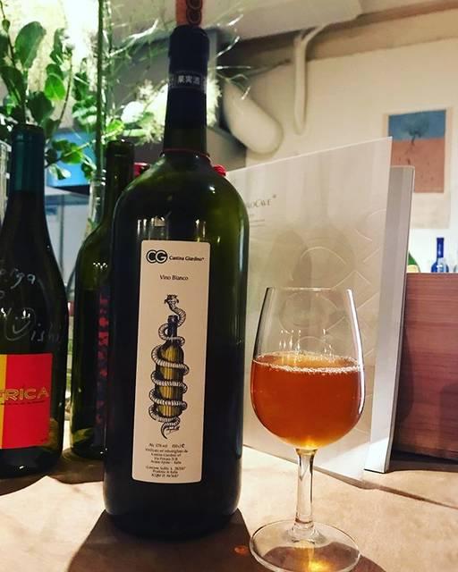 "winy.tokyo on Instagram: ""Vino Bianco 2017 Magnum / Cantina Giardino (Antonio di Gruttola) - #Campagna, #Italy (#CodadiVolpe, #Greco) ヴィーノ・ビアンコ 2017 マグナム /…"" (16990)"