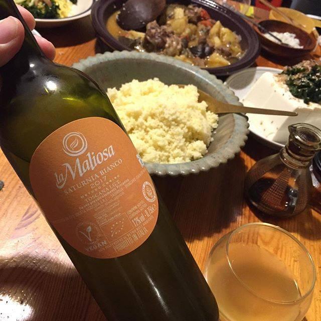 """Takuro Koga on Instagram: """"【7/15(月祝)Qurutoお休みです】 こないだの晩御飯より。 羊の煮込みとクスクスに合わせて〜。 ピエモンテの巨匠、カーゼコリーニの、 ロレンツォ博士が全面的に監修している、 イタリアはトスカーナの造り手マリオーザから、 プレス果汁を使ったカジュアルな白ワインが出ました。…"""" (17038)"""