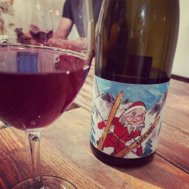 """WINE STAND Bouteille on Instagram: """"暑い!! @bouteille_wine_stand です。 8月なので暑いのです。 がそんな日にこんなワインをあげてみます。 #冬へジャーンプ #サンタさん  #Jura  #loctavin  #こんなのがある日もあるよというイメージ図  #今日はまた新しい出会い…"""" (17340)"""