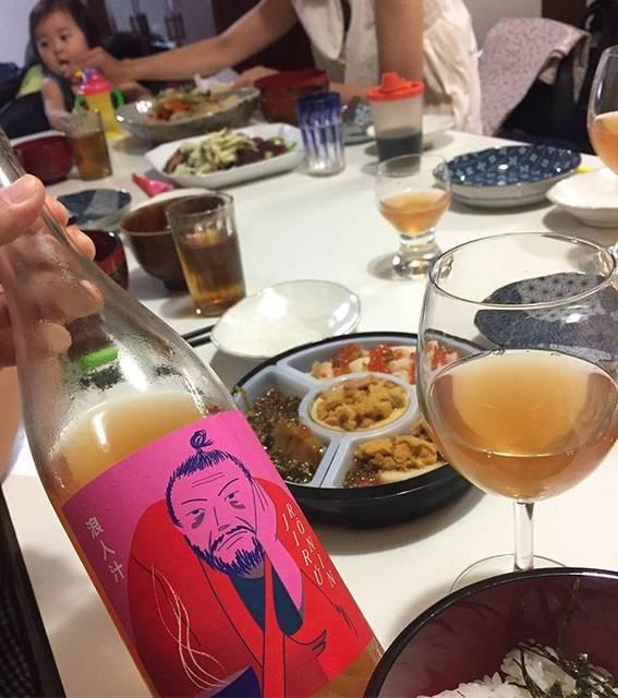 """Takuro Koga on Instagram: """"昨日の晩御飯より。 カミさんの実家に滞在中。 去年、玉名牧場に研修に来ていたフランス人、 JBさんがグレープリパブリックで仕込んだワインを。 その名も浪人汁(笑) 彼の実家は確かボルドーのワイナリーなんですが、 現在は世界を転々としながら修行中で、 そんな自身の現在の状況を、…"""" (17346)"""