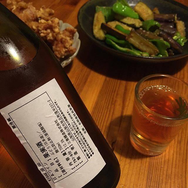 """Takuro Koga on Instagram: """"昨日の晩御飯より。 妻子帰省中につき、一人暮らし中の僕です。 収穫だ仕込みだでバタバタして休肝日続きでしたが、 昨日は友人夫妻がいつもお裾分けしてくれる、 自家菜園の茄子とピーマンを味噌炒めにして、 映画を観ながらワインをちびちびと。 からあげは弁当屋で買いました(笑)…"""" (17586)"""
