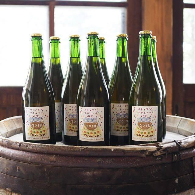 """tomohiro sakata on Instagram: """". . 東御市ドメーヌ・ナカジマのペティアン・ナチュール・ロゼ 2018が再入荷です! 巨峰で造るペティアン!ビールみたいにゴクゴク飲めちゃいます。最初はクリアですが飲み進めると下の方は濁ったコクのある味わいになっていきますので変化も楽しんでくださいね。…"""" (17684)"""