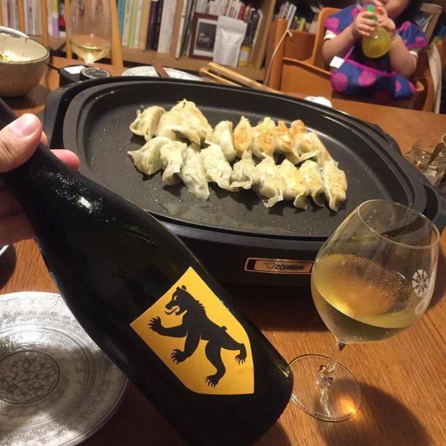 """Takuro Koga on Instagram: """"昨日の晩御飯より。 長男が自転車に乗れるようになった夕方🚲✨ その瞬間に立ち会うとグッとくるものがあります😭 そのあと、娘と一緒に餃子を黙々と包んで晩御飯🥟 飲んだのはロワールのル ソドランジュ、 カンタンがはじめたネゴス(買い葡萄)レーベル、…"""" (17769)"""