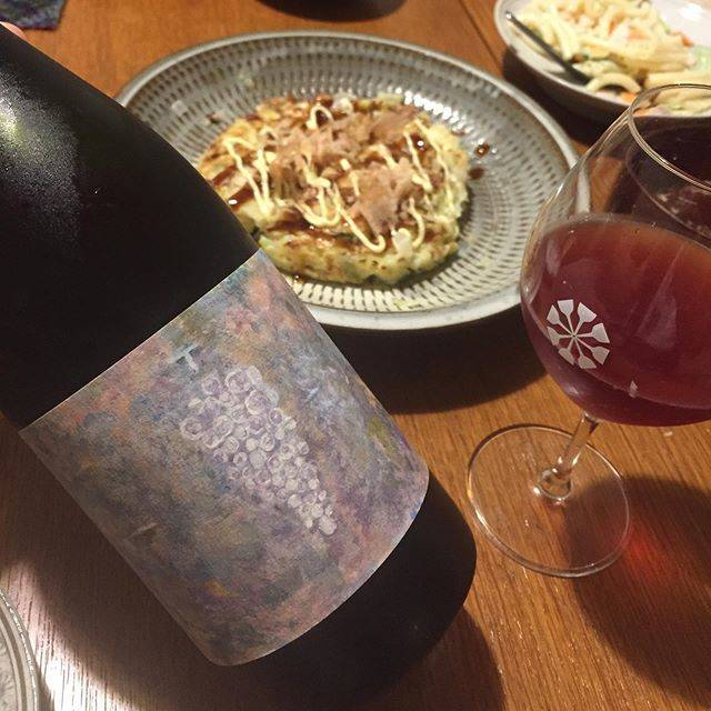 """Takuro Koga on Instagram: """"昨日の晩御飯より。 その日にお店に届いたワインを、 開けて飲むことって、ほぼないんですが、 まれに「どーしても飲みたい」衝動に駆られ、 その日にお持ち帰りしちゃう事があります。 昨日がまさにその日で、 「晩御飯はお好み焼きです」ってメールを見たら、…"""" (17811)"""