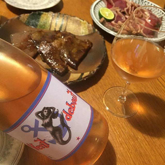"""Takuro Koga on Instagram: """"昨日の晩御飯より。 兵庫からお越しいただいたお客様にいただいた、 神戸の大井肉店の牛肉味噌漬け、 あとは鰹のタタキと、写ってないけどポトフ。 こんな献立の日は、万能そうなロゼを。 フランスで1番好きな造り手と言っても過言じゃない、 ルーションのヨヨさんから、今年も届きました、…"""" (17832)"""