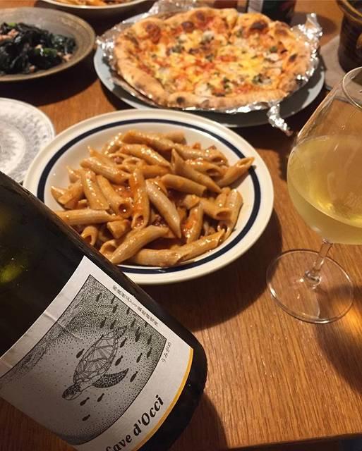 """Takuro Koga on Instagram: """"昨日の晩御飯より。 朝からスケジュール詰まり過ぎでヘトヘト金曜日。 ピッツァと、オッキピンティのペンネ! どちらもトマトソースベースですが、 冷えたのグイグイ飲みたくて、 開けたのは赤じゃなく白。 待ちきれなかったカーブドッチさんの、 どうぶつシリーズ新作、うみがめ!!!…"""" (17913)"""