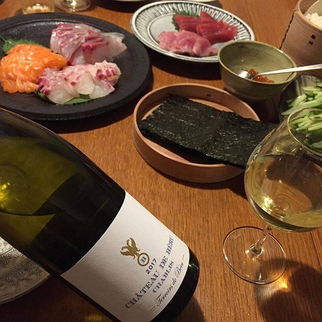 """Takuro Koga on Instagram: """"昨日の晩御飯より。 沢山の方が試飲会に来て下さいました。 ワインをサーヴするとバー時代を思い出します。 ありがとうございました。 心地よい疲労感で帰宅したあとは、 手巻き寿司パーティーを🍣✨ 合わせたのはシャトードベルのシャブリ。 最近また個人的にシャルドネが面白く。…"""" (17916)"""