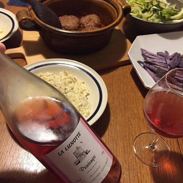 """Takuro Koga on Instagram: """"昨日の晩御飯より。 ハンバーグに紫の芋のポムフリ、山盛りサラダに、 自然栽培された幻のお米「神力」のチーズリゾット! 飲んだのはロワールのドメーヌリュノッテ。 ガメイ100%のロゼ、プランタン2018です。 ドライだけどフランボワーズやイチゴの香り!!…"""" (18245)"""