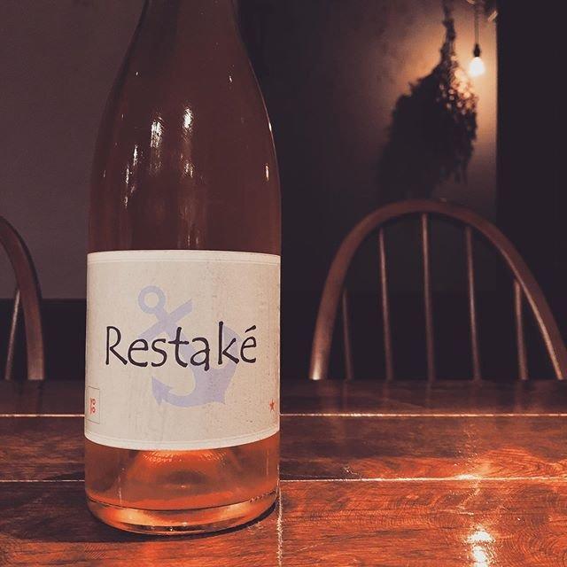"""tetra on Instagram: """"2019.10.18(金) こんばんは。 せっかくの花金だというのに、雷ゴロゴロ、雨模様の夜となりました。 さて、今夜もtetraオープンです。 おすすめは、フランス・ルーション地方、ヨヨの白「レスタケ 2018年」を。 ヨヨが造る唯一の白ワイン。…"""" (18393)"""