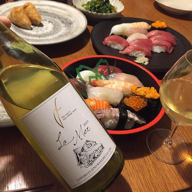 """Takuro Koga on Instagram: """"いつかの晩御飯より。 いつもお願いしていた宅配寿司が閉業😭 どうしたらいいのか途方に暮れながら、 サクラマチのデパ地下で意地でお寿司ゲット(笑) 合わせたのは、さっぽろ藤野ワイナリーの、 ラ・メール2018。海と名付けられた白ワイン。…"""" (18918)"""